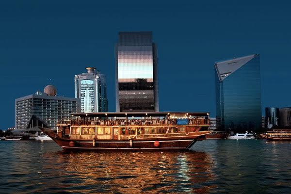 круиз по ночному заливу в ОАЭ
