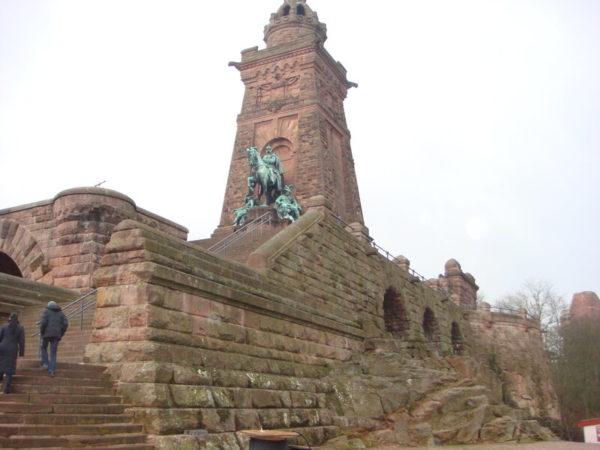 Памятник Вильгельму Первому и Фридриху Барбаросса